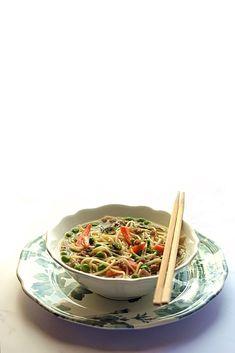 Noodle contaminati dalla cucina mediterranea semplici e gustosi