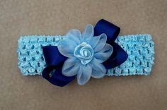 Faixa para bebê de crochê, com laço de cetim azul marinho e flor de fuxico de organza. Miolo com rosa dior. R$ 15,00