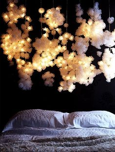 (vía Ask Casa: Decorating With White Fairy Lights)