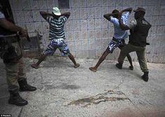 Polícia procura jovens com armas e drogas durante uma patrulha no complexo de favelas de Amaralina, Salvador (BA)