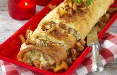 Pannkaksrulle fylld med kantarellstuvning och toppad med kantareller. God och lättlagad mat när den är som bäst!