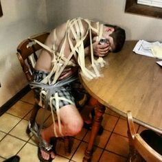 Este bebedor de cerveza que se involucró en una situación pegajosa…   28 personas que se tomaron un trago de más