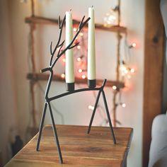 Dekoracyjny świecznik na dwie świeczki z knotem. Produkt wykonywany ręcznie, zatem kolor oraz odcień drutu mogą się nieznacznie od siebie różnić.