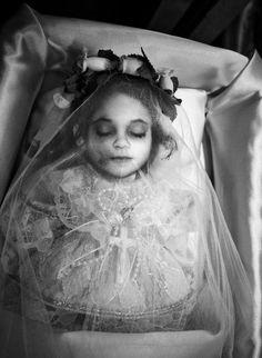 Victorian Era Creepy old Post-Mortem pictures II. Louis Daguerre, Victorian Photos, Victorian Era, Memento Mori, Photographie Post Mortem, Old Photos, Vintage Photos, Dark Side, La Danse Macabre