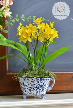 So cute! It only takes 10 minutes to make this simple spring craft! http://www.lilacsandlonghorns.com/10-minute-spring-craft-daffodils-in-a-tea-cup.html