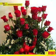 ¿El rojo es tu preferido? Te presentamos este hermoso #arreglo de #rosas .  Cotiza y pídelo en línea en www.floristeriaevelyn.com