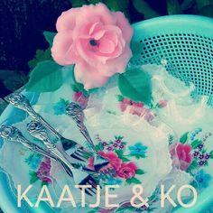 Let's have a party!!  Vrolijke retro gebaksbordjes & vorkjes met roos: www.kaatje-en-ko.com