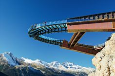 Located about halfway between Lake Louise and Jasper on the Icefields Parkway, the Glacier Skywalk combines a cliff-edge walkway with a glass floor overlook and offers jaw-dropping views of the Sunwapta Valley.In Banff, Canada (9)