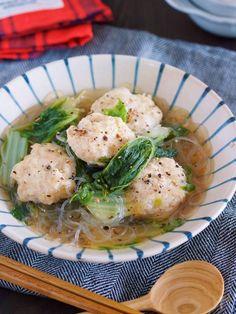 フライパンに材料を重ねたら あとは、10分蒸し煮にするだけ。 じっくり蒸された白菜は とろとろで甘く 旨味を吸ったはるさめも 最高に美味しいっ! また、今回は鶏団子も 最初から重ねて煮ているので スープに旨味エキスがたっぷり♡ 汁までゴクゴクと 飲み干したくなる美味しさです( ´艸`)