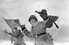 Siege of Leningrad: Soviet troops charging near Leningrad, Russia, 1 Jan 1943; note PPD submachine gun
