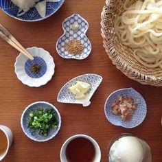 お昼ごはんに食べることの多いめん類のメニューにも豆皿が役立ちます。豆皿の形やおおきさにあわせて薬味のネギやみょうが、生姜や山椒などのせるだけでシンプルな食卓が一段と華やかになります。