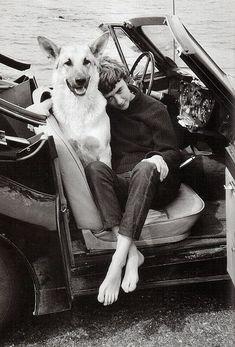 Françoise Sagan, escritora francesa creadora de Buenos Días Tristeza (novela llevada al cine en 1958), sentada junto a su perro sonriente.