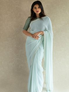 Designer sarees are such that are loved by every age woman, be it a college going girl, a newly wed, a working professional or an old age la. Simple Sarees, Trendy Sarees, Stylish Sarees, Fancy Sarees, Saree Blouse Neck Designs, Saree Blouse Patterns, Sarees For Girls, Saree Trends, Saree Models