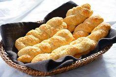 La ricetta delle treccine di ricotta è facile e veloce da fare. Le treccine di ricotta sono dei deliziosi biscotti morbidi dal gusto delicato, ottimi come dolce pausa pomeridiana. 00 gr. di farina 00 100 gr. di zucchero 150 gr. di ricotta 3 gr. di lievito per dolci 2 gr. di sale q.b. di buccia di limone q.b. di latte per spennellare