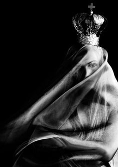 Con o sin luces una Mujer desnuda siempre es la Reina..  Mario Benedetti <3 ☫ A Veiled Tale ☫ wedding, artistic and couture veil inspiration -