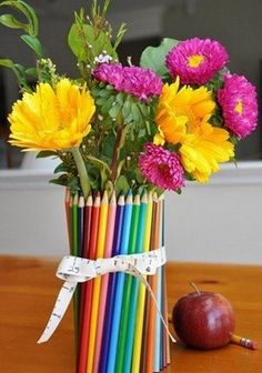 desk decor, really clever with the colored pencils good recyling