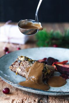 The best vegan gravy Less Vinegar ! The post Perhaps the best vegan gravy appeared first on Food Monster. Mexican Christmas Food, Traditional Christmas Food, Christmas Food Treats, Vegan Christmas, Christmas Recipes, Vegan Sauces, Vegan Recipes, Christmas Food Photography, Appetizer Recipes