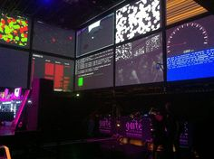 """DISCONTROL PARTY. Futur en Seine 2011.  Discontrol-Party est un projet de recherche sur le thème du """"large group interaction"""". Ce projet mené par le laboratoire DRII de l'ENSADLAB, questionne l'efficacité de dispositifs de surveillance face à une foule chaotique.  Dans le cadre du projet, Orbe à mis en oeuvre un dispositif de tracking temps réel de 200 participants de l'évènement.    Porteur DRII (ENSADLAB), soutien Région îlle-de-France, diffusionGaité-Lyrique, technologieUBISENSE."""
