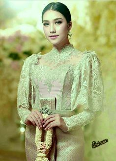 สวยงามอย่างไทยในแบบของวันใหม่ค่ะ Thai Traditional Dress, Traditional Fashion, Traditional Outfits, Iconic Dresses, Gala Dresses, Wedding Dresses, Kebaya Wedding, Khmer Wedding, Model Kebaya