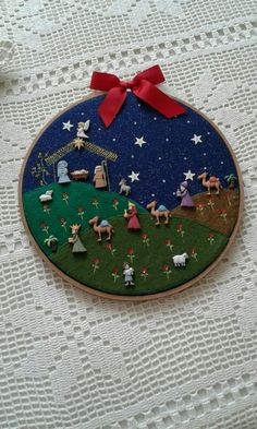 Tambora con pesebre en botones Christmas Sewing, Christmas Embroidery, Felt Christmas, All Things Christmas, Handmade Christmas, Christmas Holidays, Christmas Decorations, Christmas Ornaments, Christmas Bells