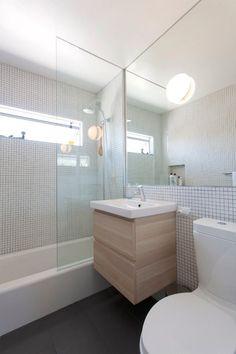Kis fürdőszoba, helynövelő megoldásokkal