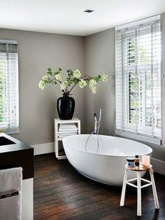 Bañera exenta ovalada en el baño