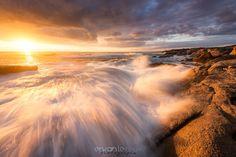 """""""Delight"""" http://www.erwanleroux.bzh  Il y a des jours comme ça où les choses se combinent les unes aux autres et s'ajustent parfaitement.  Je crois bien que c'était le cas ce soir-là ... le ciel était quelque peu couvert, la mer bien agitée, le coefficient et l'heure de marée parfait ... et surtout l'horizon restait bien dégagé.  La Nature, qui était au RDV pour ce coucher de soleil, me proposait alors sa plus belle lumière ... et moi ... il ne me restait plus qu'à attendre le moment par"""