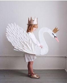 Beautiful children's paper swan with a crown costume Carneval Halloween Karneval Fasching Kostüm Verkleidung DIY