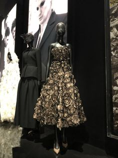 The Christian Dior: Designer of Dreams exhibition at the V&A Museum, London - Vintage Style Dresses, Elegant Dresses, Pretty Dresses, Beautiful Dresses, Vintage Outfits, Vintage Fashion, Dresses For Work, 1950s Dresses, Vintage Clothing