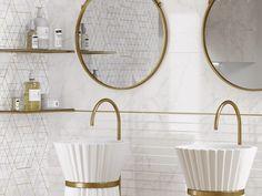 Применение золотистого декора в ванной. Глянцевый металлический бордюр в ванной комнате - стильный элемент декора. Бордюр для плитки способен освежить интерьер, подчеркнуть цвет плитки, мебели, добавить акцент #декор#бордюрдляплитки#уютнаякомната#модерн#керамогранит#плитка#золото#трендыдизайна Calacatta, Interior S, Mirror, Bathroom, Furniture, Home Decor, Washroom, Decoration Home, Room Decor