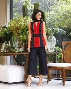 Look da Alice Ferraz com pantacourt, blusa com cintura marcada em vermelho e preto, e sandália nude
