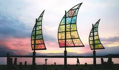 Andarnas Skepp, glasskulptur (+ metall och sten) av Kjell Engman, är en av mina favoriter bland offentliga utsmyckningar. Seglen är rörliga och ändrar riktning med vinden.