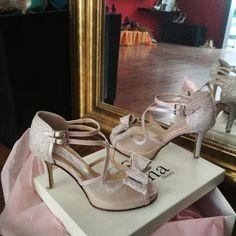 Χειροποίητα νυφικά παπούτσια σε ροζ Δέρμα και γκλιτερ λεπτομέρειες! Ένας μεγάλος εντυπωσιακός φιόγκος διακοσμεί το μπροστινό μέρος!