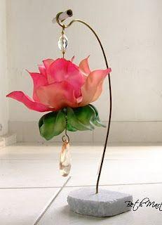flor de garrafa pet, é a peça mais linda que ja vi na minha vida, feita em pet. O artista é mineiro, mas nao sei o nome, comprei em uma loja em BH.