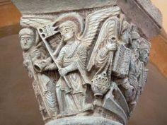 Clermont-Ferrand - Intérieur de la basilique romane Notre-Dame-du-Port : détails d'un chapiteau sculpté