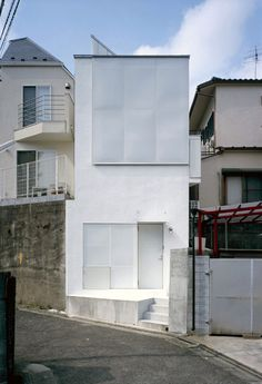 This five-storey house occupies a narrow plot and comprises a long building and a tall tower.