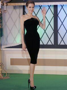 Bastante más acertada que su compañera de reparto, Angelina Jolie en Japón con este LBD con escote en pico de Atelier Versace y pumps del mismo color de Saint Laurent.