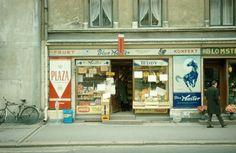 Gatebilde. Butikklokale med reklame for tobakk. Blue Master og Plaza sigaretter