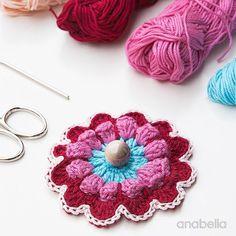 Crochet little motifs in my work table this week... En mi mesa de trabajo esta semana: pequeños motivos de ganchillo...  ...preparando nuevos proyectos. ...for some new crochet projects.   Y también e