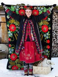 from Gudrun Sjoden, Swedish designer. Doesn't she look like she stepped out of some wonderful Scandinavian folk story? Scandinavian Pattern, Scandinavian Folk Art, Swedish Style, Swedish Design, Folk Fashion, Ethnic Fashion, Style Fashion, Fashion Details, Costume Russe