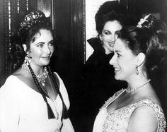 Elizabeth Taylor and Princess Margaret Elizabeth Taylor, Queen Elizabeth, Margaret Rose, Violet Eyes, Royal Jewels, British Royals, Vintage Photos, Glamour, Couples