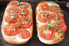 Pão de alho com queijo fresco mussarela, tomate, manjericão e um fio de balsâmico! O melhor pão de alho...