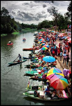 Floating Market in Vietnam. Hanoi Vietnam, Vietnam Travel, Asia Travel, Laos, Places Around The World, Around The Worlds, Cool Pictures, Beautiful Pictures, World Street