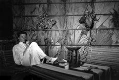 The African Queen Backstage Katharine Hepburn, her face concealed by her massive hat, puts up her feet , Humphrey Bogart and director John Huston joined on the set by Lauren Bacall and crew members. Katharine Hepburn, Bianca Jagger, Old Movie Cinema, Vogue Paris, Belgian Congo, John Huston, Queen Photos, Humphrey Bogart