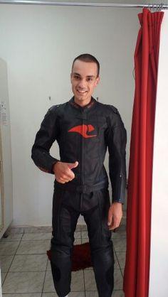 Piloto Rodrigo nos visitando.  Fizemos ajustes na lateral, cavalo da calça  e ombro no macacão da RACE TECH
