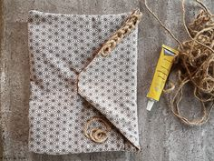 - DIY - Pochette en tissu (ultra facile) - Au Fil du Thym Diy Fabric Pouches, Diy Pochette, Coin Couture, Bag Accessories, Diy And Crafts, Sewing, Knitting, Pattern, Invitation