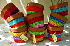 Macetas de barro con fundas tejidas al crochet   Feria Central Crochet Coffee Cozy, Cotton Cord, Painted Clay Pots, Yard Art, Home Goods, Projects To Try, Knitting, Pattern, Crafts