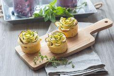 Des tartelettes à la courgette, au fromage de chèvre et à la menthe en forme de fleurs.