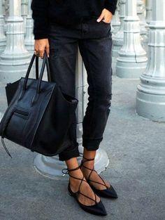 Des ballerines noires à bout pointu avec un lien à nouer sur la cheville http://www.taaora.fr/blog/post/ballerines-noires-avec-bride-laniere-long-lacet-sur-la-cheville-idee-tenue