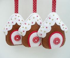 Felt fabric Christmas gingerbread house houses Ornaments to Make in hanging decorations - gingerbread house felt christmas decorations - filt stof sy syning honningkage hus huse jul julepynt Felt Christmas Decorations, Felt Christmas Ornaments, Noel Christmas, Homemade Christmas, Hanging Decorations, Christmas Houses, House Ornaments, Diy Ornaments, Beaded Ornaments